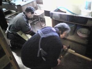 乾燥・燻煙室を作るため、大工作業中。さすがプロ、あっという間に完成しました。