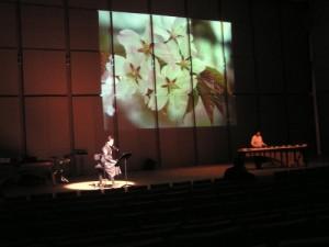 青森の四季をバックに詩の朗読、そしてマリンバ演奏。