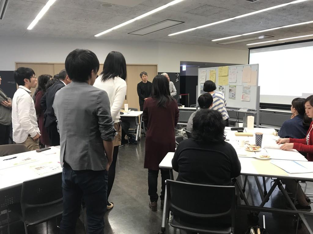 池田講師の講評、みなさん集合して真剣に耳を傾けます。
